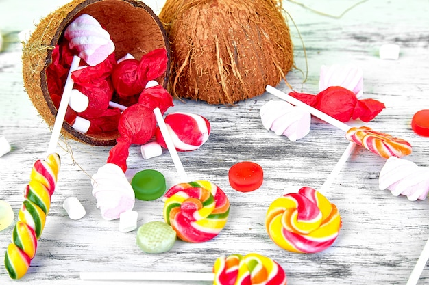 Explosion von süßigkeiten aus kokosnuss auf weißem hintergrund. kopieren sie platz. flach liegen. ansicht von oben