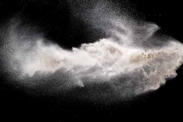 Explosion von weißem pulver