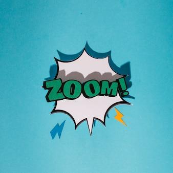Explosionsoundeffekt mit zoomtextspracheblase gegen blauen hintergrund