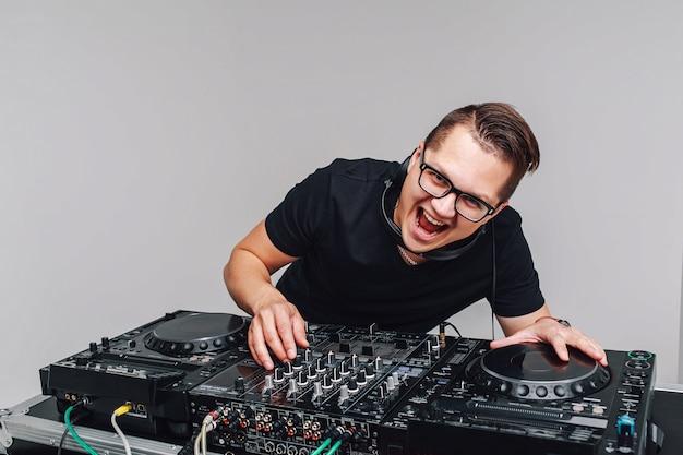Expression dj mit einem mixer arbeitet auf einem grau