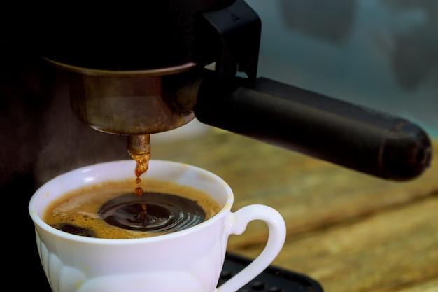 Expresskaffee aus der kaffeemaschine der profi-kaffeemaschine