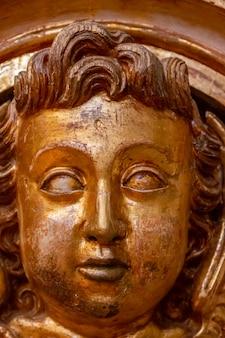 Exquisite goldene holzschnitzereien auf dem gesicht eines kindes in einer christlichen kirche.