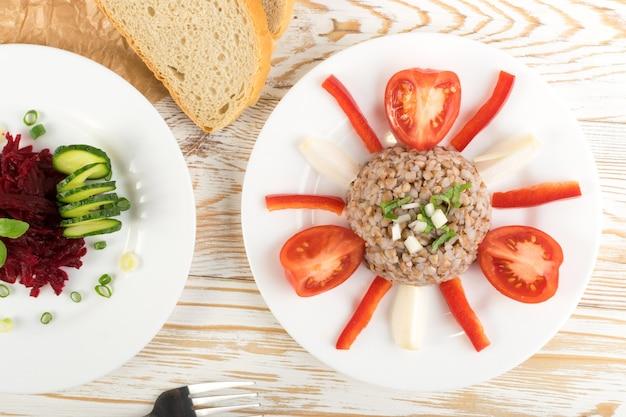 Exquisite portion buchweizenbrei auf rustikalem tisch aus weißem holz