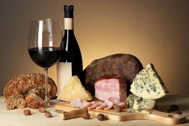 Exquisites stillleben von wein-, käse- und fleischprodukten