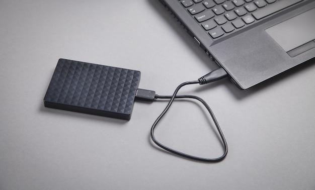 Externe festplattenverbindung auf einem laptop.