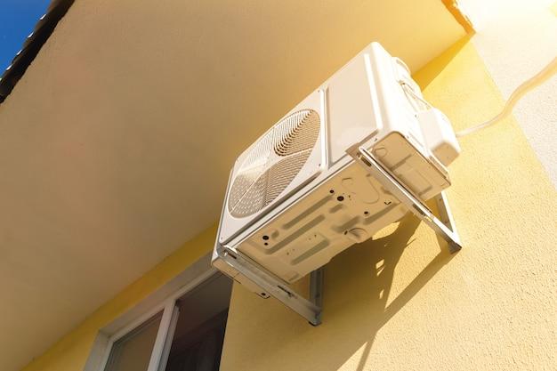 Externe klimaanlage, die außen an der hauswand montiert ist, nahaufnahmefoto
