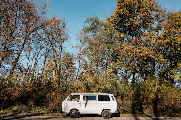 Extra long shot paar sitzt in einem van