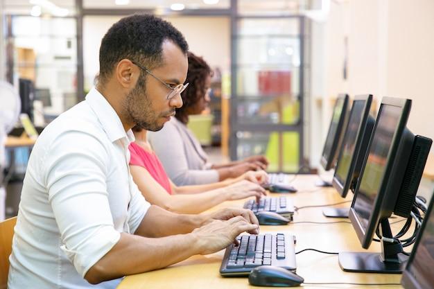 Extrem fokussierter männlicher student, der onlinetest macht