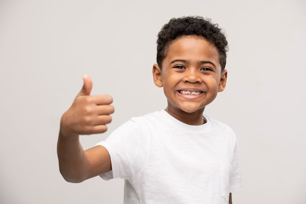 Extrem glücklicher süßer kleiner junge, der den kopf mit den händen berührt und schreit, um seine überraschung über unerwartete gute nachrichten auszudrücken