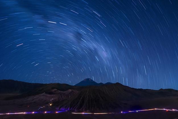 Extrem langes belichtungsbild, das stern über dem bromo-vulkan, indonesien zeigt