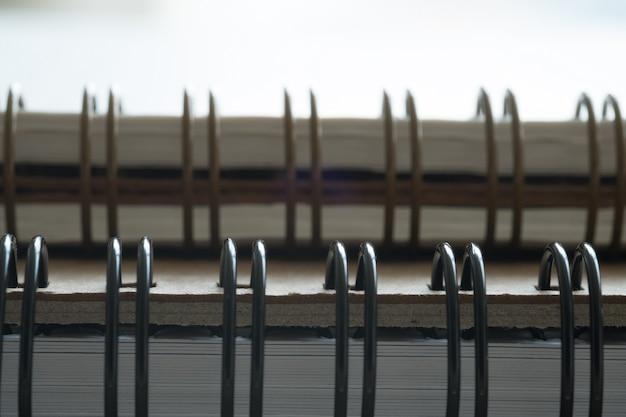 Extreme nahaufnahme eines notizblocknahaufnahmennotizblockes des gewundenen notizbuches als modell für ihr design.