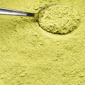 Extreme nahaufnahme organisches grünes pulver und löffel