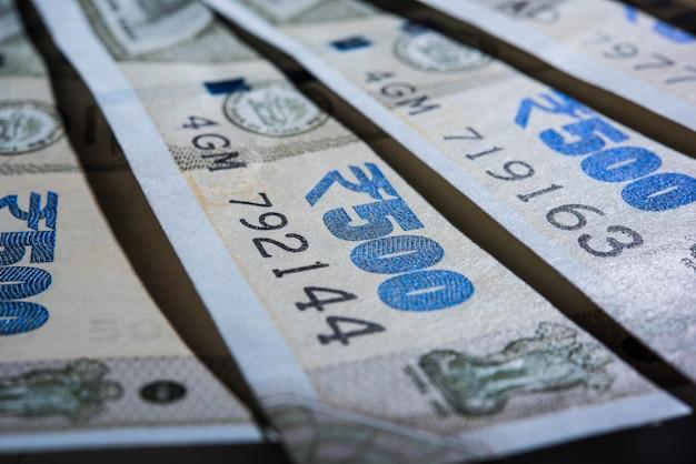Extreme nahaufnahme von neuen indischen banknoten in abstrakter form oder muster. selektiver fokus