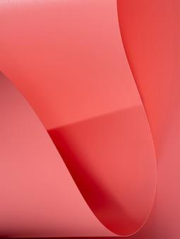 Extreme nahaufnahme von rosa gebogenen blättern papier