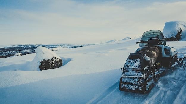 Extreme schneelandschaft des winterschneemobil-sports draußen landschaftlich