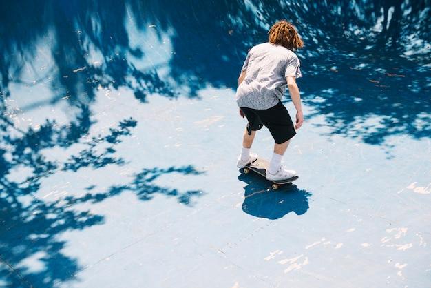 Extreme skater fahren in der rampe