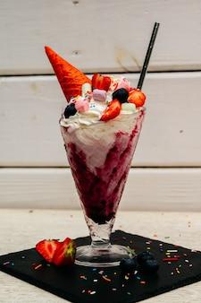 Extremer milchshake oder freak shake mit erdbeere