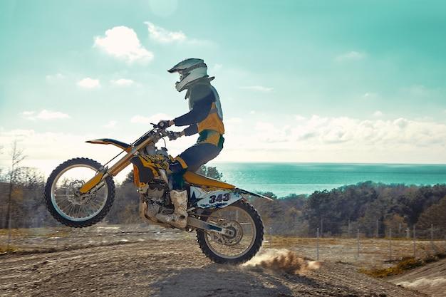 Extremes konzept, fordern sie sich selbst heraus. extremer sprung auf einem motorrad auf einem hintergrund des blauen himmels mit wolken. kopieren sie platz, alles oder nichts.