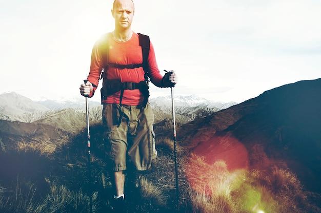 Extremes wandern über schroffe berge, neuseeländische südalpen.