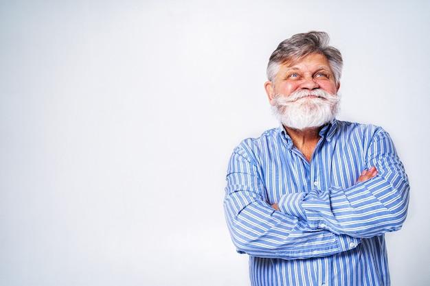 Exzentrischer älterer mann mit lustigem ausdrucksporträt auf oberfläche Premium Fotos