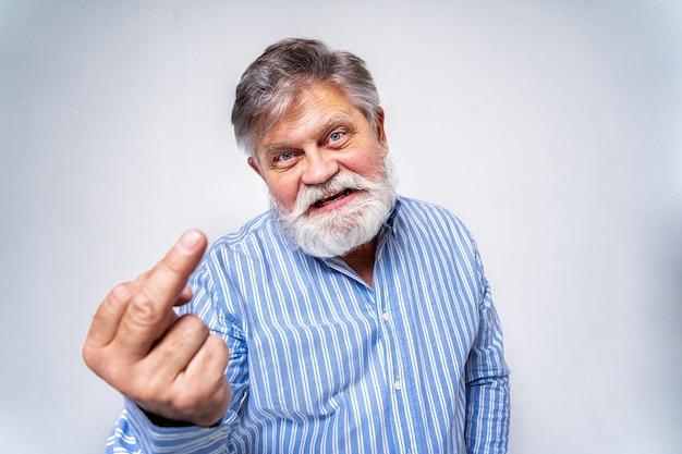 Exzentrischer älterer mann mit lustigem ausdrucksporträt lokalisiert auf weiß