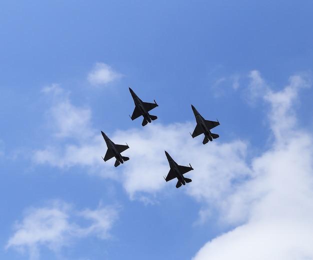 F16 falkenkampfflugzeugfliegen auf blauem himmel