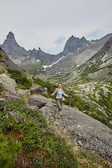 Fabelhafte berge und seen, reisen und wandern, üppiges grün und blumen. aufgetautes quellwasser aus den bergen. magische aussicht auf hohe berge, almwiesen