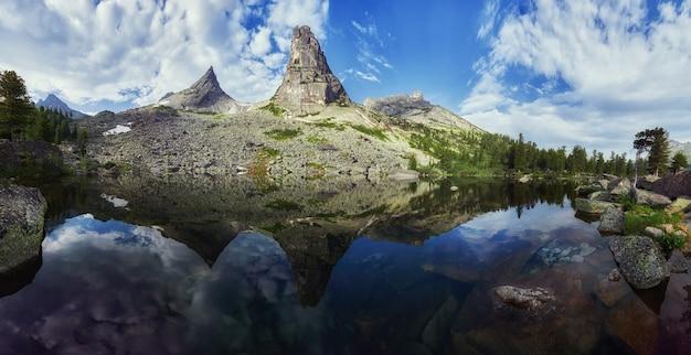 Fabelhafte berge und seen, reisen und wandern, üppiges grün und blumen ringsum. aufgetautes quellwasser aus den bergen. zauberhafte aussicht auf hohe berge, almwiesen