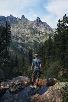 Fabelhafte gebirgsbäche, üppiges grün und blumen. aufgetautes quellwasser aus den bergen