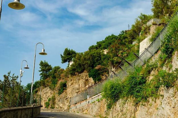 Fabelhafte orte und straßen im italienischen vico equense, kampanien