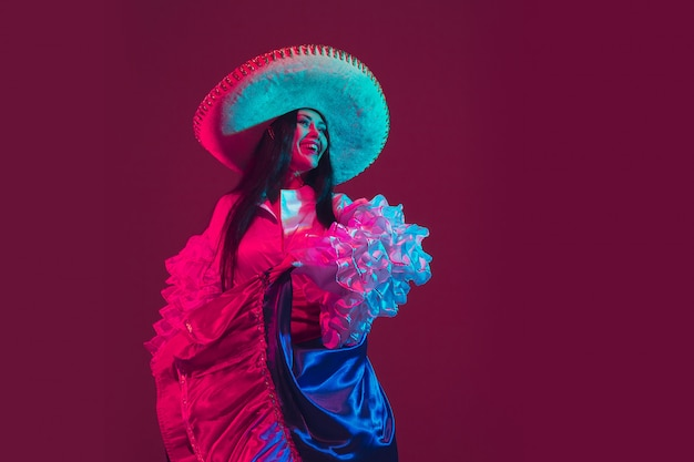 Fabelhafte tänzerin cinco de mayo auf lila im neonlicht