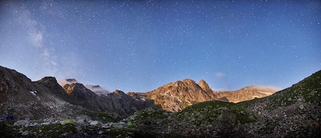 Fabelhafter sonnenaufgang und sonnenuntergang in den bergen, frühling