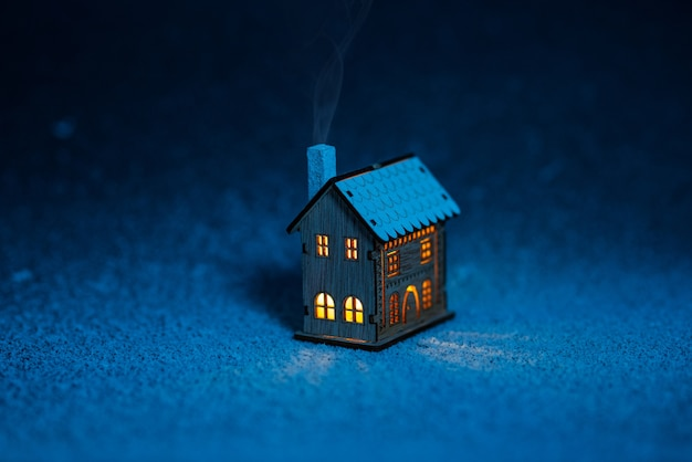 Fabelhaftes kleines haus im schnee bei nacht spielzeug