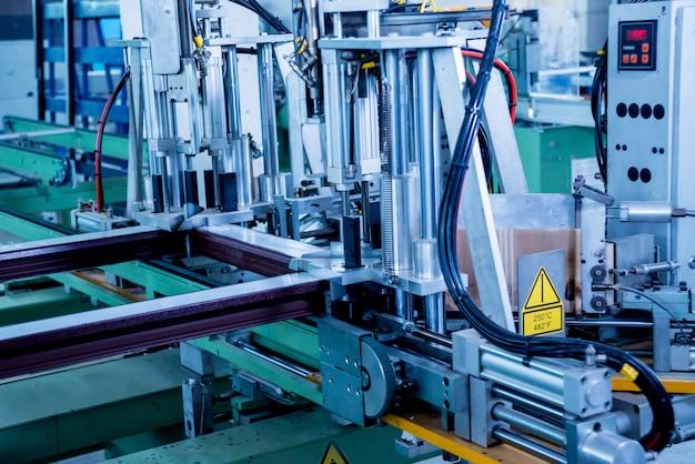 Fabrik für die herstellung von fenstern und türen aus aluminium und pvc. details industrieanlagen.