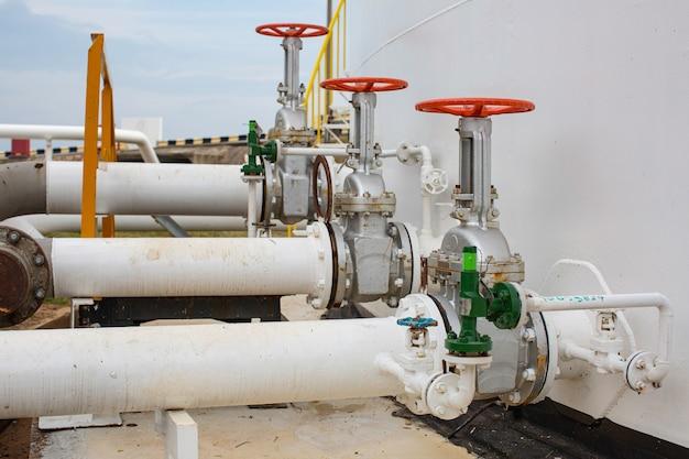 Fabrik für lange stahlrohre und ventile während der raffinerie petrochemie-industrie in der gasbrennerei