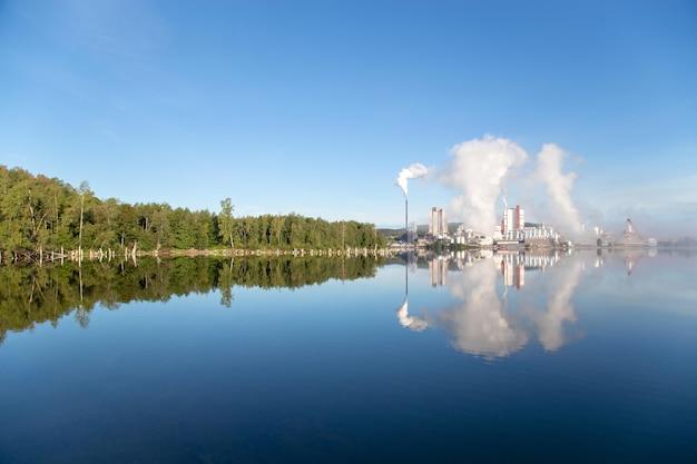 Fabrik gibt rauch in morming frei.