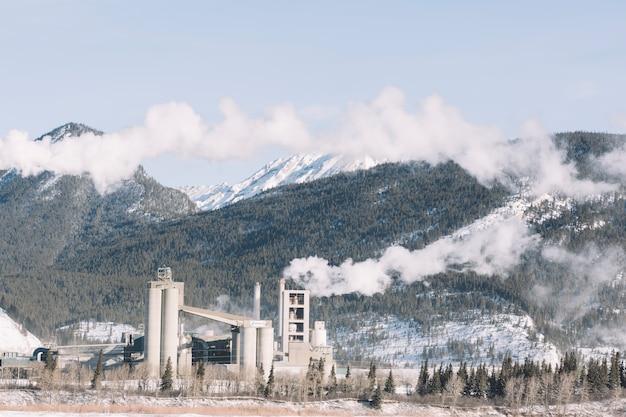 Fabrik in hohen bergen