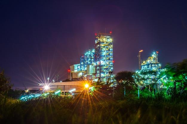 Fabrik in industrie mit twilight.
