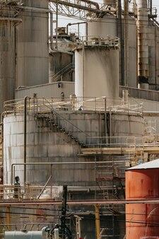 Fabrik schließen sie oben mit einem hellen himmel mit kopierraum, konzeptverschmutzung