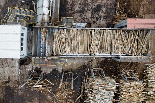 Fabrik zur verarbeitung von holz von oben mit einer drohne