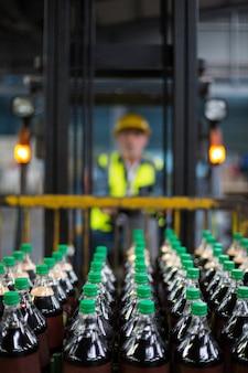 Fabrikarbeiter, der gabelstapler fährt