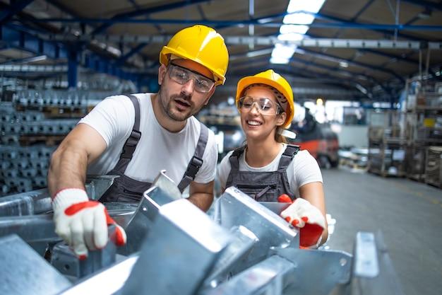 Fabrikarbeiter, die in der produktionslinie arbeiten