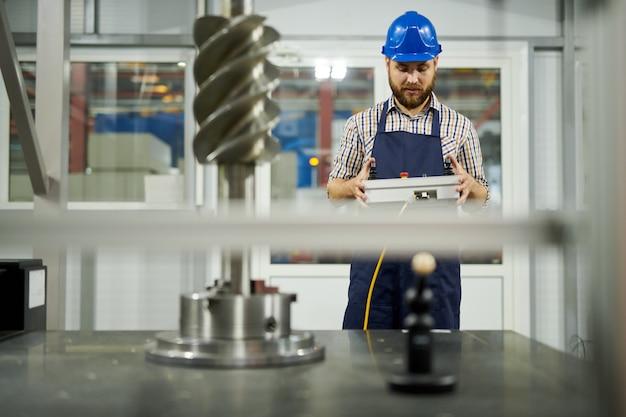 Fabrikarbeiter, die maschinen bedienen