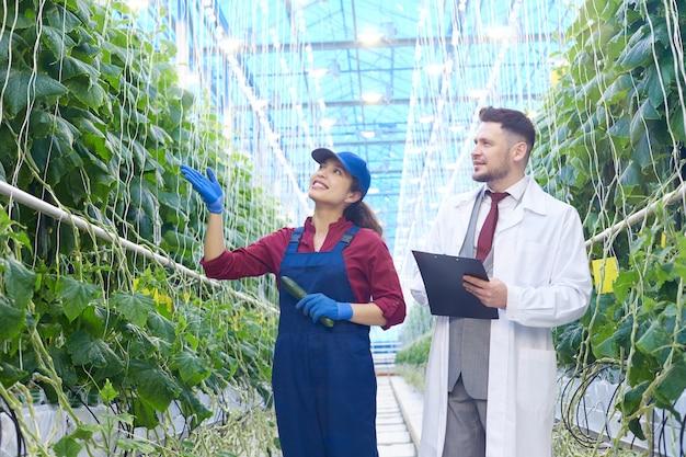 Fabrikarbeiter im gespräch mit einem wissenschaftler