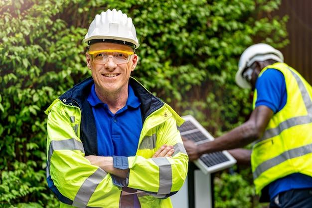 Fabrikarbeiter techniker ingenieur mann stehend vertrauen mit grünen arbeitssuite kleid