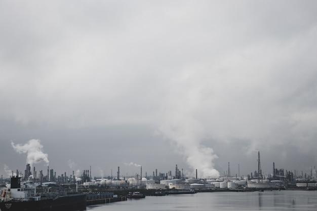 Fabriken, die verschmutzung durch wasser verursachen