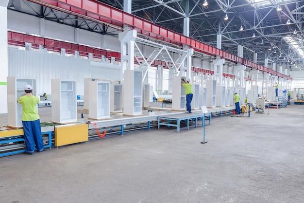 Fabrikhalle für produktion und montage von haushaltskühlschränken auf dem förderband