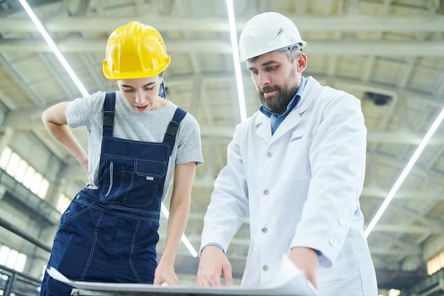 Fabrikingenieure diskutieren pläne