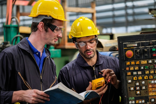 Fabrikingenieure inspizieren das produktions- und serviceteam der fabrik.