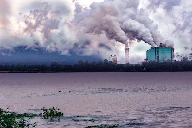 Fabrikverschmutzung fast fluss und berg